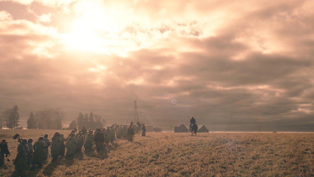 Foto de um cenário exterior que lembra o meio-oeste americano, muito provavelmente as Colônias.