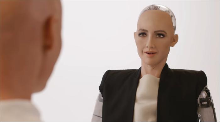 A robô Sophia, da Arábia Saudita, dando uma entrevista