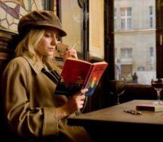 Shoshana, personagem do filme Bastardos Inglórios, lendo.
