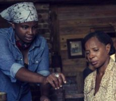 Des Ree, a diretora do filme Mudbound: Lágrimas Sobre o Mississippi, orienta atriz no set. Des Ree é a primeira mulher negra a ser indicada ao Oscar por Melhor Roteiro Adaptado.