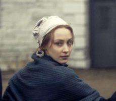 A protagonista de Alias Grace com expressão enigmática